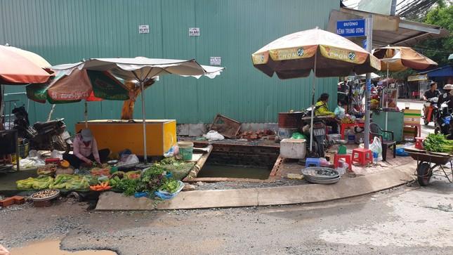Xe máy lọt hố sâu không rào chắn trên đường đang thi công ở Sài Gòn, một người bị thương ảnh 1