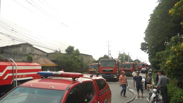 Cháy xưởng gỗ rộng hàng nghìn mét vuông ở Sài Gòn ảnh 1