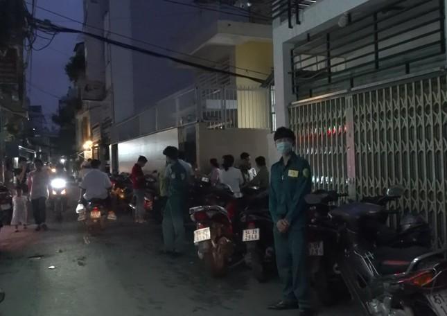 Người phụ nữ chết với nhiều vết thương trong căn nhà bốc cháy ở TPHCM ảnh 1