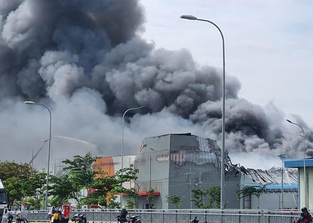 Cận cảnh hiện trường vụ cháy dữ dội trong khu công nghiệp ở Sài Gòn ảnh 1