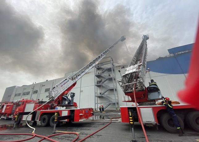 Cận cảnh hiện trường vụ cháy dữ dội trong khu công nghiệp ở Sài Gòn ảnh 3