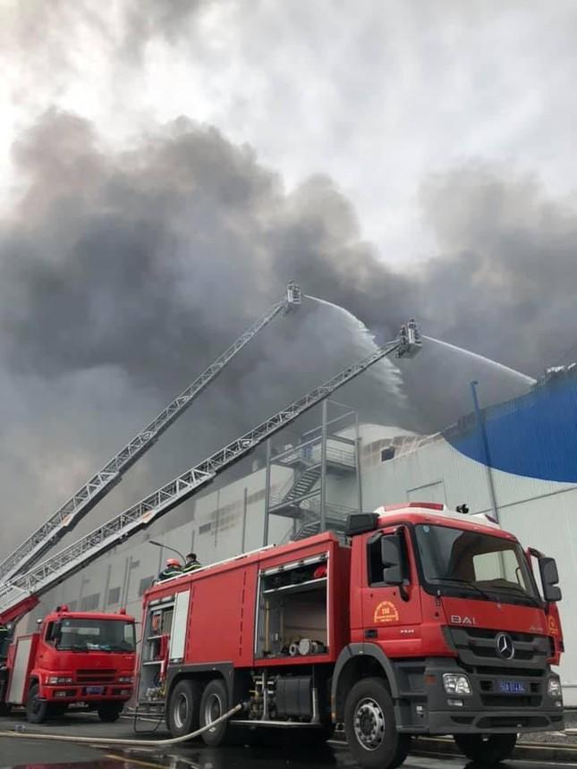 Cận cảnh hiện trường vụ cháy dữ dội trong khu công nghiệp ở Sài Gòn ảnh 4
