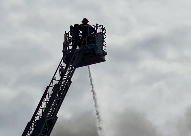 Cận cảnh hiện trường vụ cháy dữ dội trong khu công nghiệp ở Sài Gòn ảnh 6