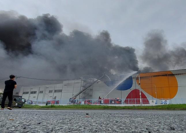 Cận cảnh hiện trường vụ cháy dữ dội trong khu công nghiệp ở Sài Gòn ảnh 2