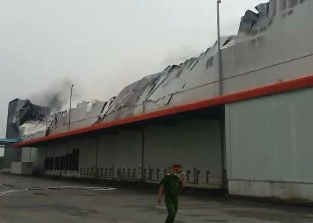 Cận cảnh hiện trường vụ cháy dữ dội trong khu công nghiệp ở Sài Gòn ảnh 10
