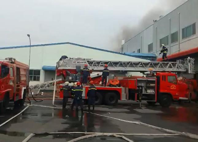 Cận cảnh hiện trường vụ cháy dữ dội trong khu công nghiệp ở Sài Gòn ảnh 8