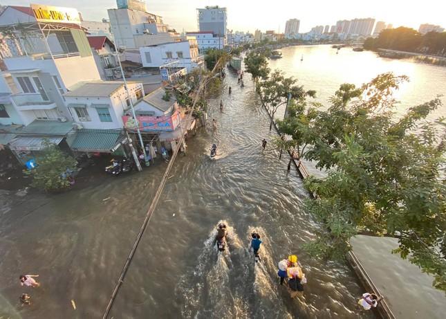 Triều cường dâng cao, đường phố Sài Gòn ngập sâu chiều cuối tuần ảnh 1