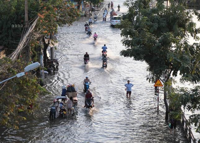 Triều cường dâng cao, đường phố Sài Gòn ngập sâu chiều cuối tuần ảnh 2