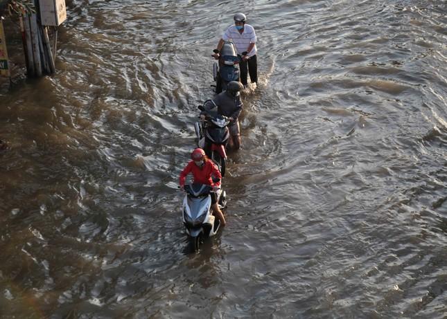 Triều cường dâng cao, đường phố Sài Gòn ngập sâu chiều cuối tuần ảnh 3