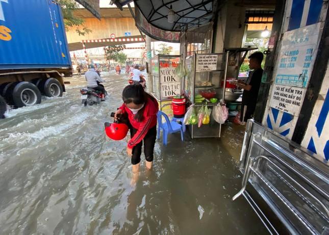 Triều cường dâng cao, đường phố Sài Gòn ngập sâu chiều cuối tuần ảnh 4