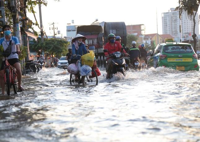 Triều cường dâng cao, đường phố Sài Gòn ngập sâu chiều cuối tuần ảnh 5