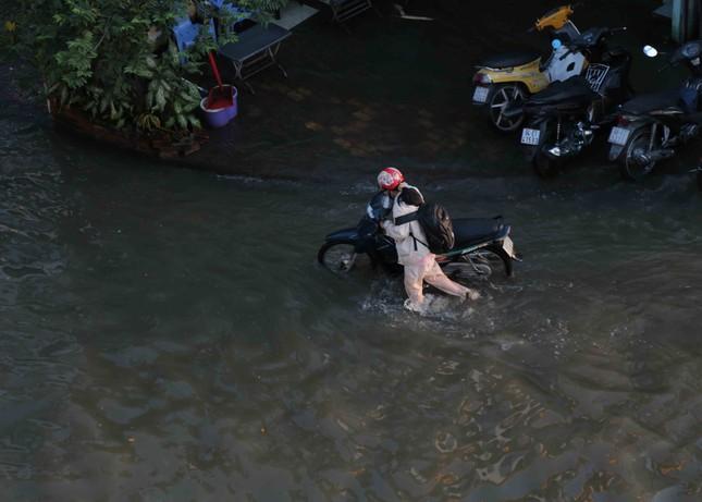 Triều cường dâng cao, đường phố Sài Gòn ngập sâu chiều cuối tuần ảnh 6