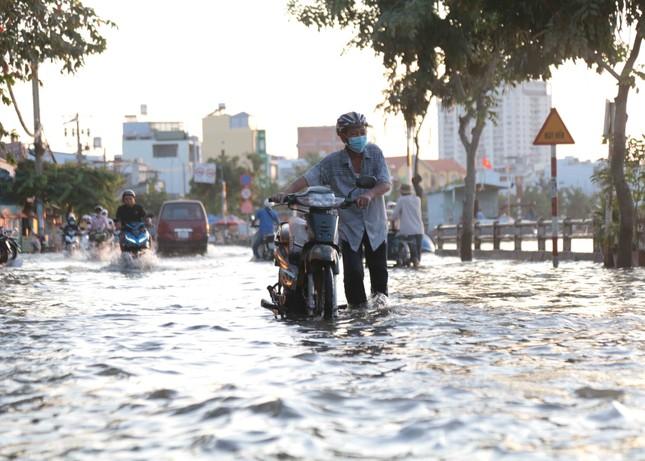 Triều cường dâng cao, đường phố Sài Gòn ngập sâu chiều cuối tuần ảnh 7