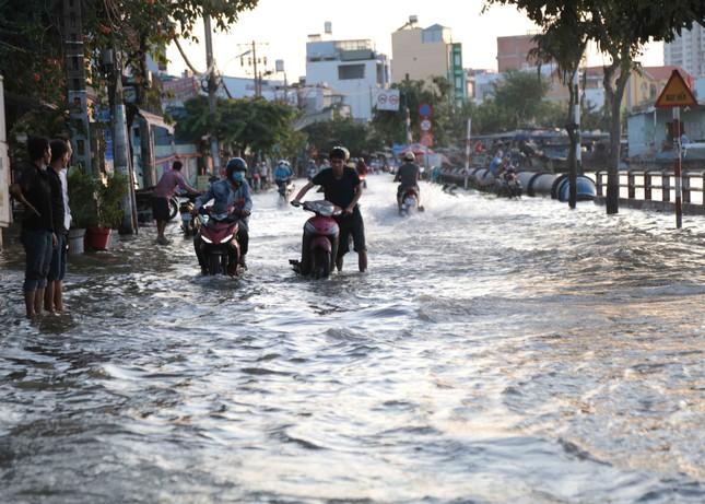 Triều cường dâng cao, đường phố Sài Gòn ngập sâu chiều cuối tuần ảnh 8