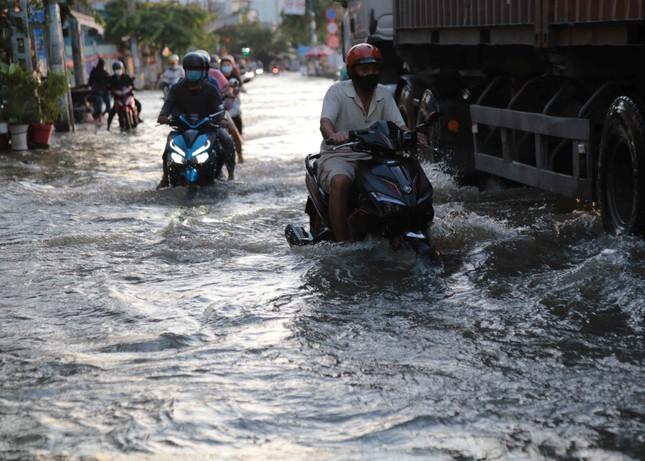 Triều cường dâng cao, đường phố Sài Gòn ngập sâu chiều cuối tuần ảnh 9