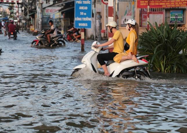 Triều cường dâng cao, đường phố Sài Gòn ngập sâu chiều cuối tuần ảnh 10