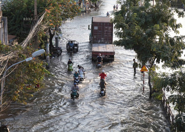 Triều cường dâng cao, đường phố Sài Gòn ngập sâu chiều cuối tuần ảnh 11