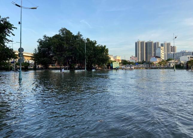 Triều cường dâng cao, đường phố Sài Gòn ngập sâu chiều cuối tuần ảnh 12