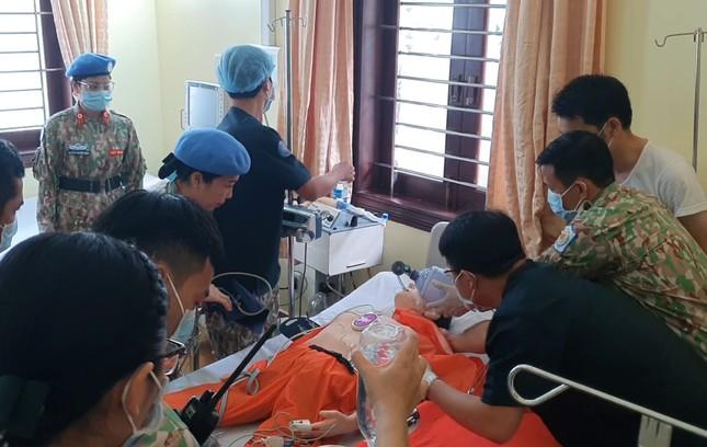 Cận cảnh bác sĩ Bệnh viện dã chiến luyện tập trước giờ lên đường đi Nam Sudan ảnh 3