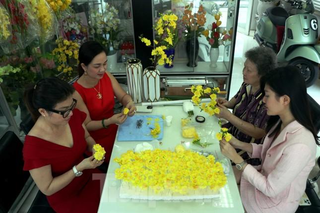 Gặp gia đình nghệ nhân ba đời làm hoa đất sét ở TPHCM ảnh 1