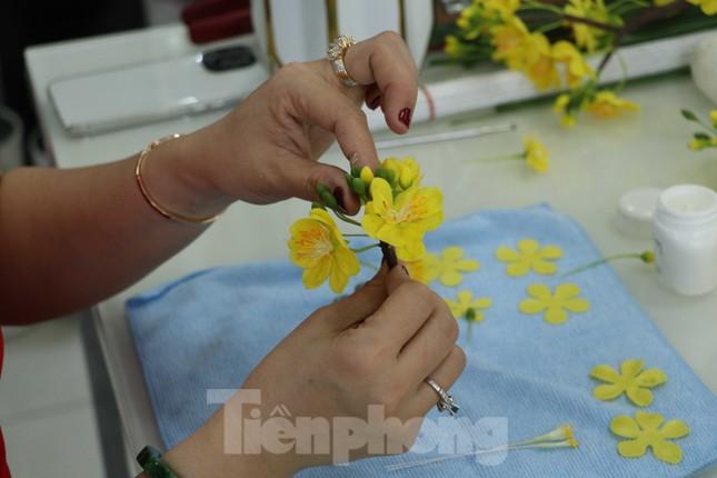 Gặp gia đình nghệ nhân ba đời làm hoa đất sét ở TPHCM ảnh 6
