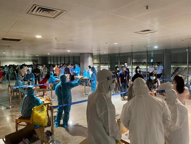 Xuyên đêm lấy mẫu xét nghiệm COVID-19 cho 1.000 nhân viên sân bay Tân Sơn Nhất ảnh 1