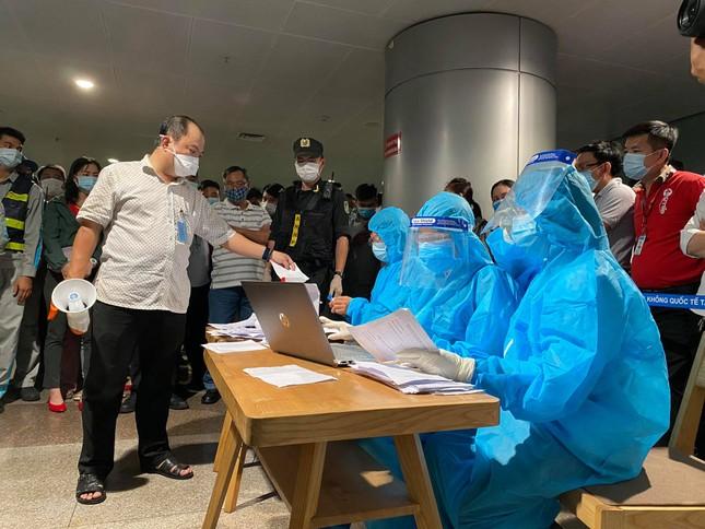 Xuyên đêm lấy mẫu xét nghiệm COVID-19 cho 1.000 nhân viên sân bay Tân Sơn Nhất ảnh 2