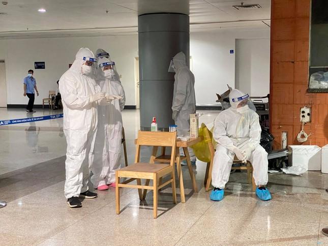 Xuyên đêm lấy mẫu xét nghiệm COVID-19 cho 1.000 nhân viên sân bay Tân Sơn Nhất ảnh 4
