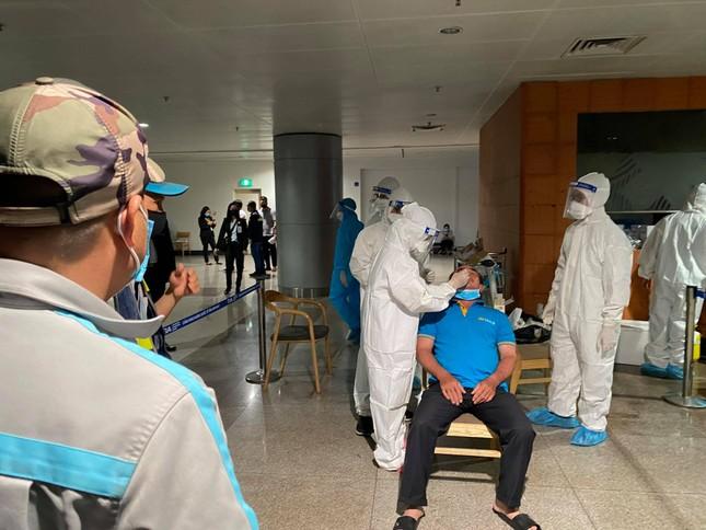 Xuyên đêm lấy mẫu xét nghiệm COVID-19 cho 1.000 nhân viên sân bay Tân Sơn Nhất ảnh 5