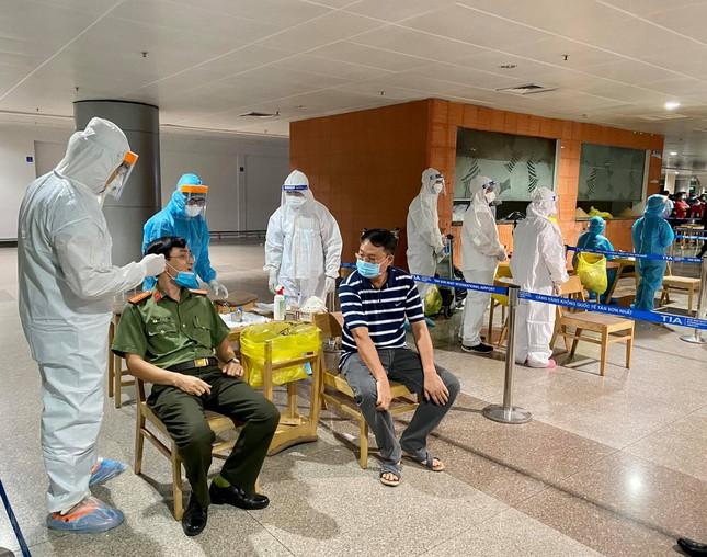 Xuyên đêm lấy mẫu xét nghiệm COVID-19 cho 1.000 nhân viên sân bay Tân Sơn Nhất ảnh 6