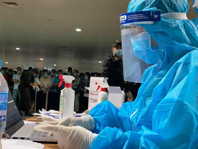 Xuyên đêm lấy mẫu xét nghiệm COVID-19 cho 1.000 nhân viên sân bay Tân Sơn Nhất ảnh 7
