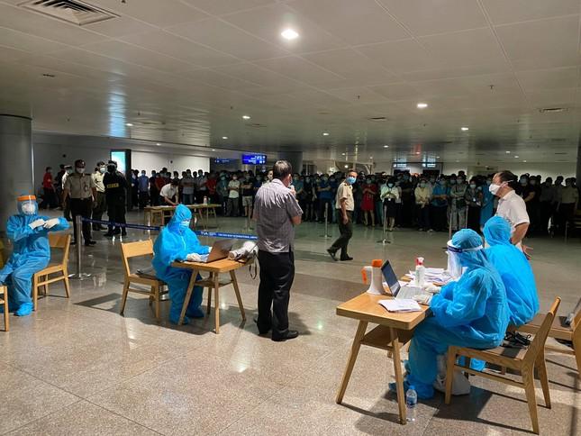 Xuyên đêm lấy mẫu xét nghiệm COVID-19 cho 1.000 nhân viên sân bay Tân Sơn Nhất ảnh 8