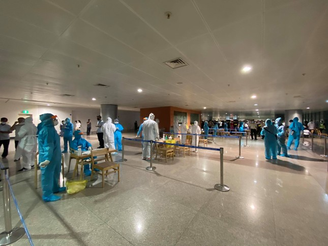 Xuyên đêm lấy mẫu xét nghiệm COVID-19 cho 1.000 nhân viên sân bay Tân Sơn Nhất ảnh 9