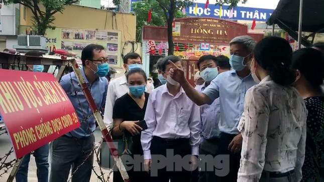 Thứ trưởng Bộ Y tế thị sát khu phong tỏa cách ly chống COVID-19 ở TPHCM ảnh 1