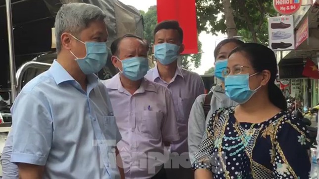 Thứ trưởng Bộ Y tế thị sát khu phong tỏa cách ly chống COVID-19 ở TPHCM ảnh 2