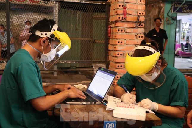 Dân nhậu TP HCM bất ngờ khi được lấy mẫu xét nghiệm COVID-19 ảnh 4