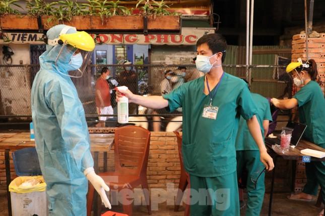 Dân nhậu TP HCM bất ngờ khi được lấy mẫu xét nghiệm COVID-19 ảnh 12
