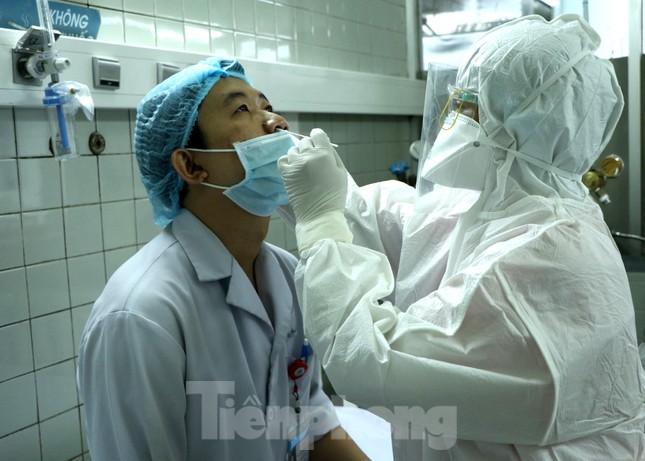 Cận cảnh quy trình lẫy mẫu xét nghiệm COVID-19 cho bác sĩ cấp cứu ảnh 3