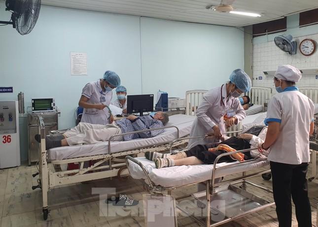 Cận cảnh quy trình lẫy mẫu xét nghiệm COVID-19 cho bác sĩ cấp cứu ảnh 8