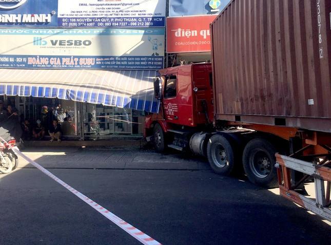 'Hung thần' container kéo lê nhiều xe máy, lao vào nhà dân tông chết người ảnh 2