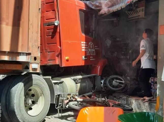 'Hung thần' container kéo lê nhiều xe máy, lao vào nhà dân tông chết người ảnh 1