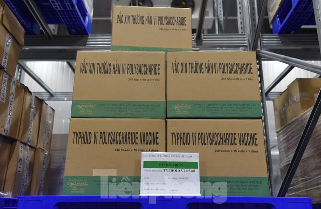Lô vắc xin COVID-19 đầu tiên được chuyển đến Bệnh viện Nhiệt đới TPHCM ảnh 7