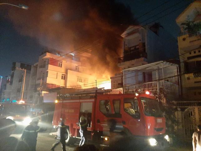 TPHCM: Khu dân cư náo loạn vì cửa hàng đồ cũ bốc cháy ngùn ngụt ảnh 1