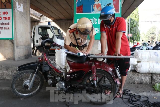 Cảnh sát giao thông TPHCM ra quân xử lý xe cũ nát ảnh 4