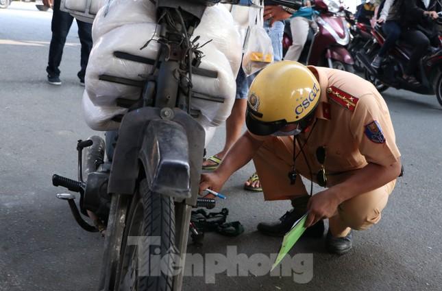 Cảnh sát giao thông TPHCM ra quân xử lý xe cũ nát ảnh 2