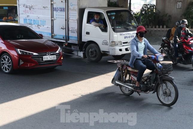 Cảnh sát giao thông TPHCM ra quân xử lý xe cũ nát ảnh 1