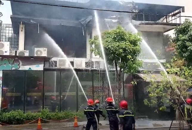 Nhà hàng bốc cháy ngùn ngụt sau tiếng nổ, thực khách tháo chạy tán loạn ảnh 4