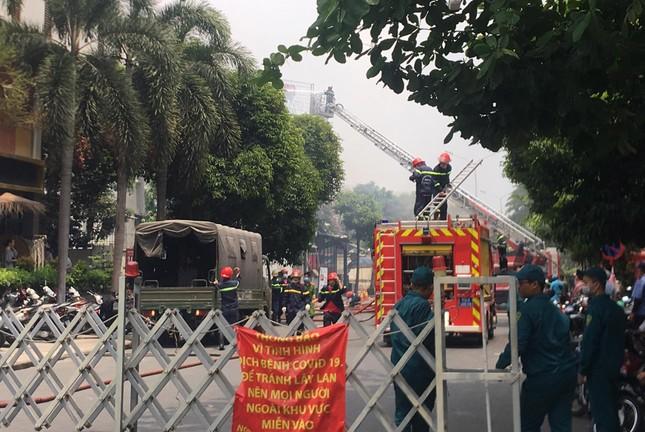 Nhà hàng bốc cháy ngùn ngụt sau tiếng nổ, thực khách tháo chạy tán loạn ảnh 1