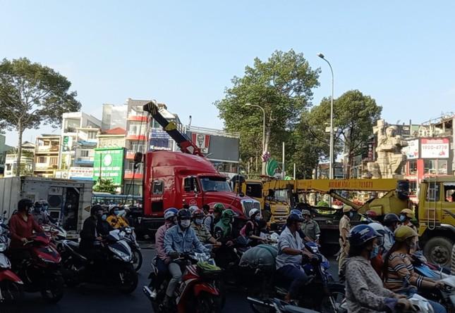 TPHCM: Xe container lật nhào ở vòng xoay, giao thông ùn tắc kéo dài ảnh 1
