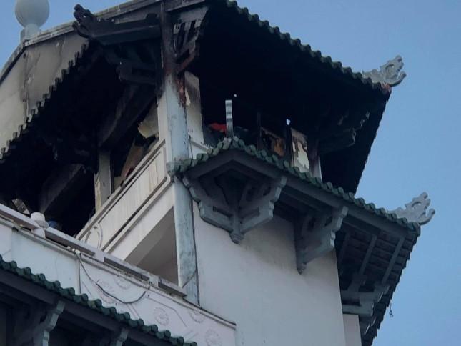 Khách sạn ở TPHCM bị sét đánh cháy ngùn ngụt trong cơn mưa ảnh 2